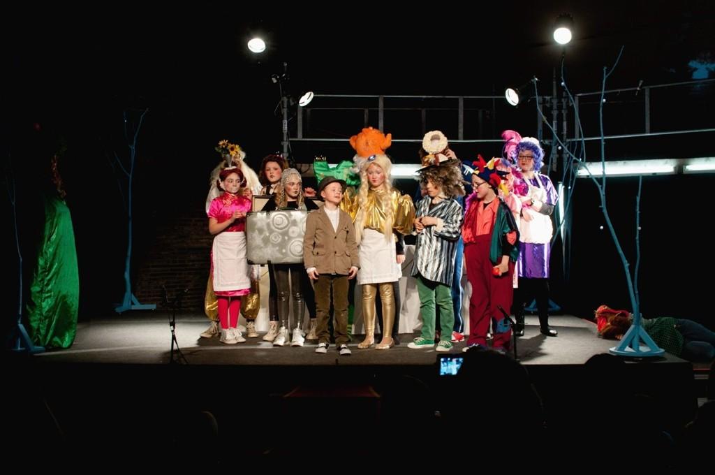 PÅ SCENEN: Østensjø barne- og ungdomsteater er blant dem som opptrer under bydelsdagenes åpningsfest i Fellesskapshuset på Abildsø. Her fra forestillingen «Kjærlighetens rose» tidligere i år.