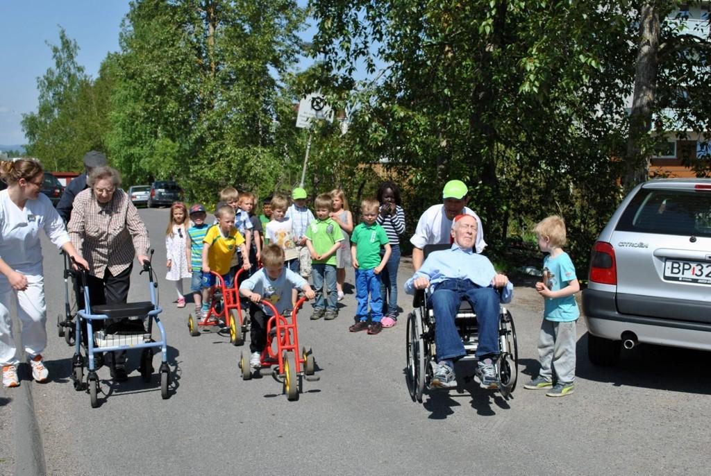RULLATOR-RALLY: På den årlige aktivitetsdagen konkurrerer eldre med rullatorer og rullestoler mo barn på trehjulsykler.