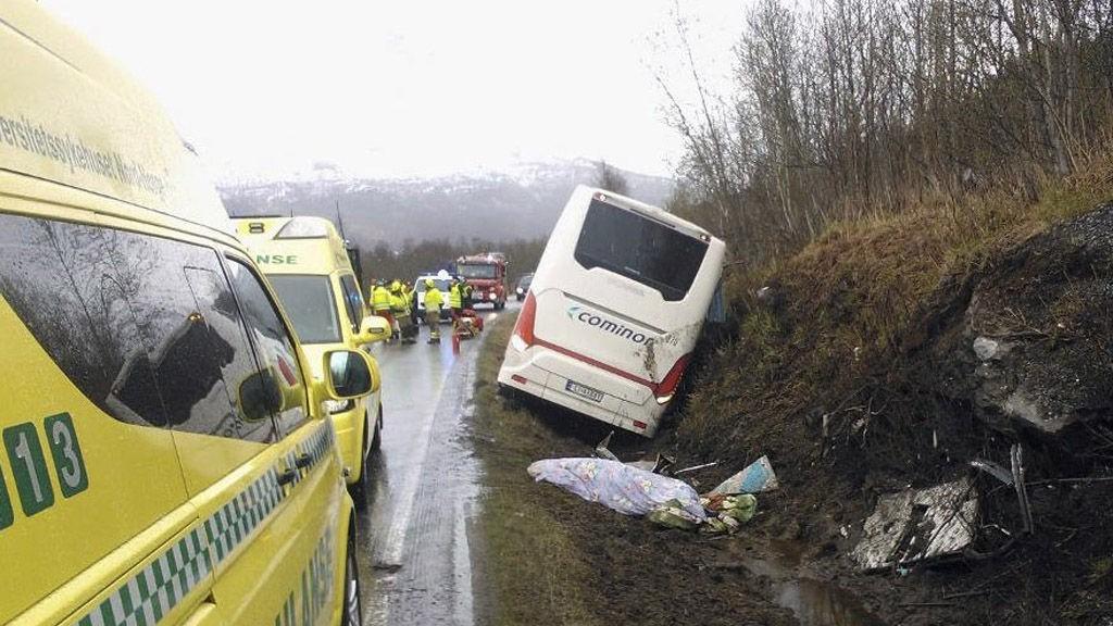 Bussen skjærte ut av veien og havnet i grøften. Den bakre delen traff en bergknabb, det er der de omkomne skal ha sittet.