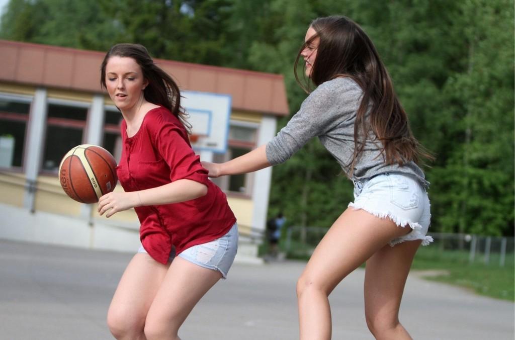 Debuterer: Madelén Stridbeck Rundbråten (venstre) og Anna Fraas fra Bøler debuterer på U16-landslaget i basket midten av juni.