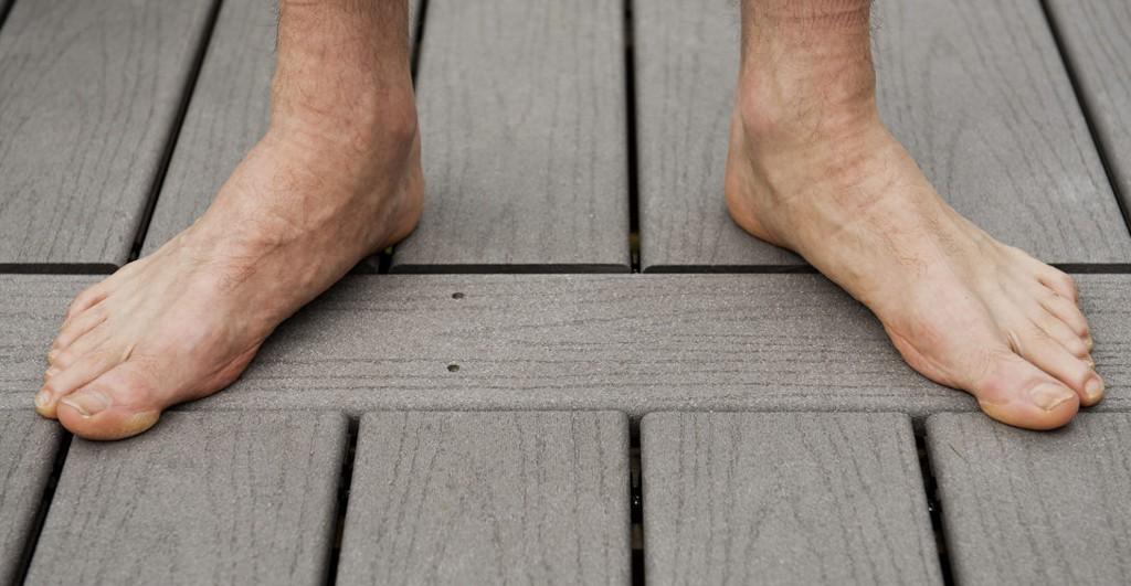 Fordelen med terrassegulv i trekompositt er at det ikke fliser opp.