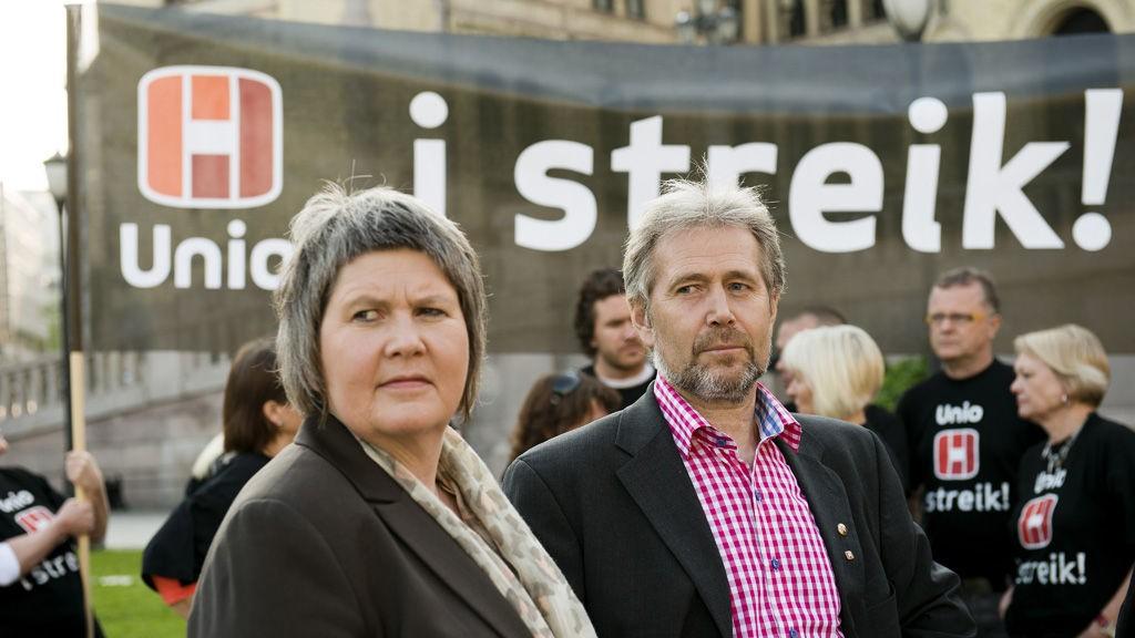 Mimi Bjerkestrand i Unio og leder av Politiets Fellesforbund, Arne Johannessen utenfor Stortinget. Unio har nå over 16.000 medlemmer i streik på landsbasis.