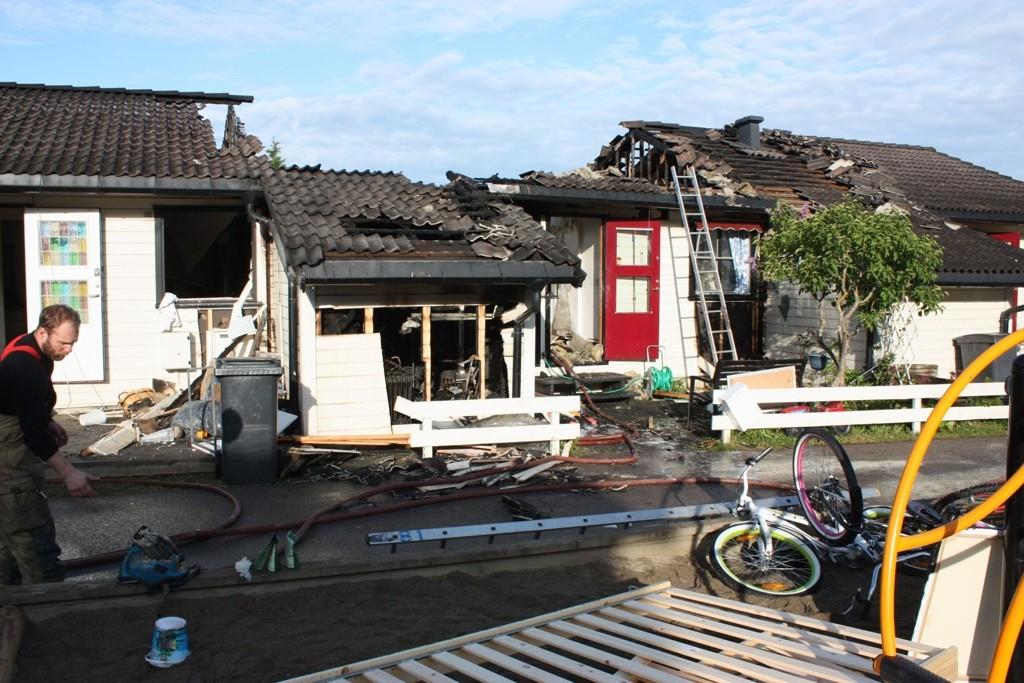 TAKET: Årsaken er ukjent, men etter skadene kan det se ut som branne har oppstått i den midterste av de tre leilighetene.