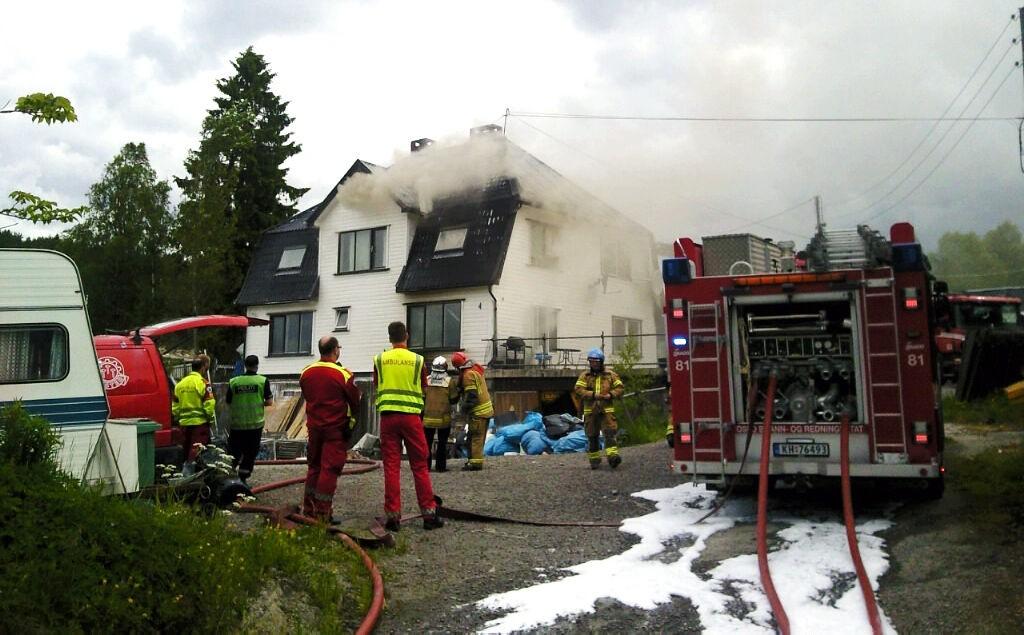 Det brenner kraftig i en enebolig i Maurtuveien på Klemetsrud tirsdag ettermiddag.
