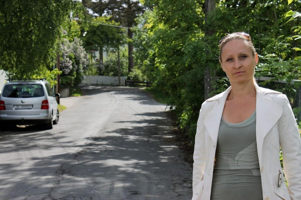 MISTENKELIG: Anita Nymark (41) fra Bekkelaget ber naboer om å være ekstra på vakt for innbruddstyver etter at hun observerte mistenkelig oppførsel i Skogroveien mandag formiddag.