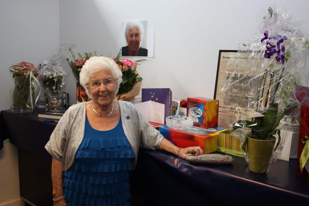 GAVER: «Alle» ville være med på å gratulere Rigmor Andresen på 90-årsdagen, og det gjorde de både med taler og gaver.