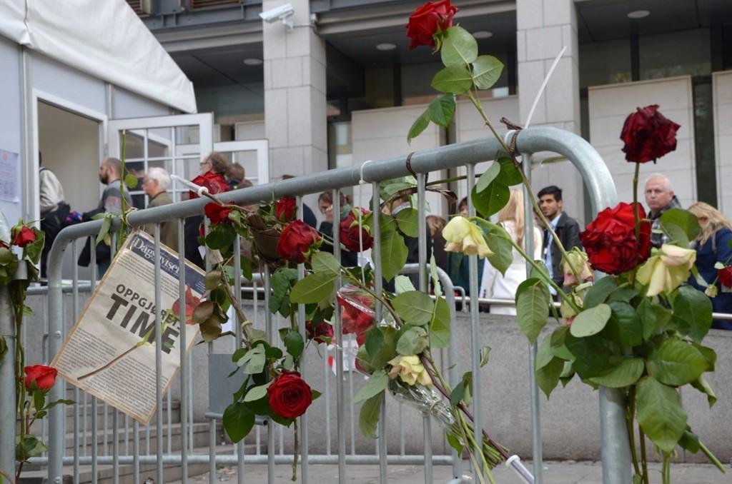 Roser utenfor Tinghuset fredag 20. april.