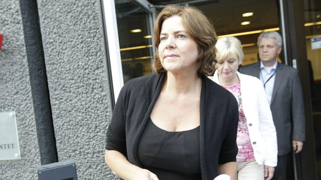 Arbeidsminister Hanne Bjurstrøm etter møtet med partene i vekterstreiken fredag kveld, der det ble klart at hun griper inn med tvungen lønnsnemnd.