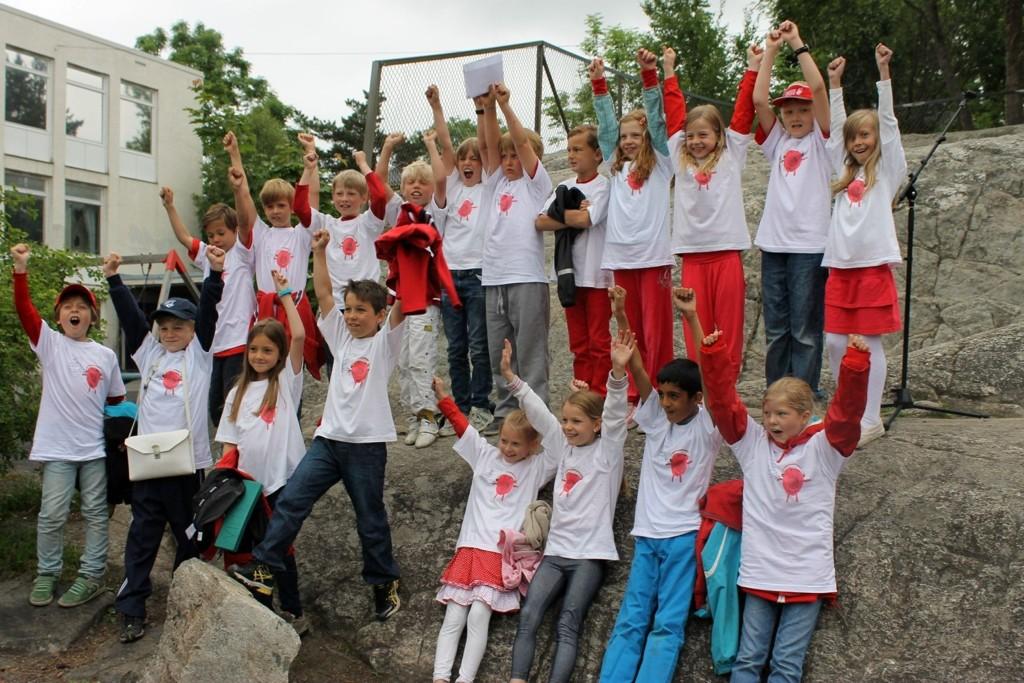 GLADE: Klasse 3D på Munkerud skole jubler for at Bjørn vant Blodbankens tegnekonkurranse og gratisbilletter til Tusenfryd for hele klassen.