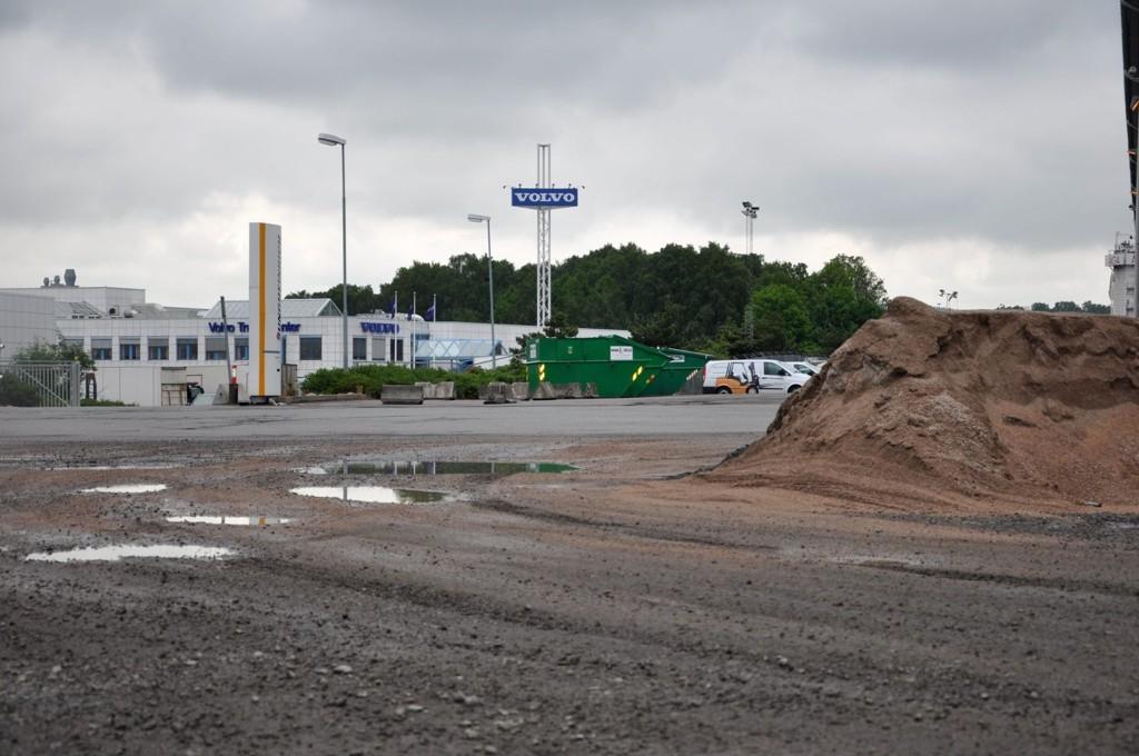 «Giftfylling»: Volvo Norge AS sitt trucksenter ligger på den tidligere avfallsplasse Kjelsrud 1. Området er regulert til næring, og kan ikke brukes til annet grunnet forurensingen i grunnen. Å rense «giftfyllingen» kan fort bli en uhyre kostbar affære.