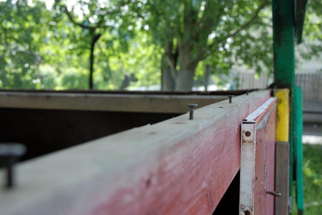 SIKKERT? Disse gamle rustne spikerne er lett tilgjengelig for klatrelystne barn i den forfalne parken ved Grefsen stadion.