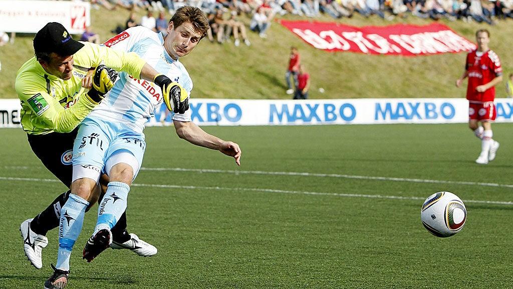 Follos Jens Kristian Skogmo i duell med FK Tønsbergs målvakt i 4. runde NM 2010.