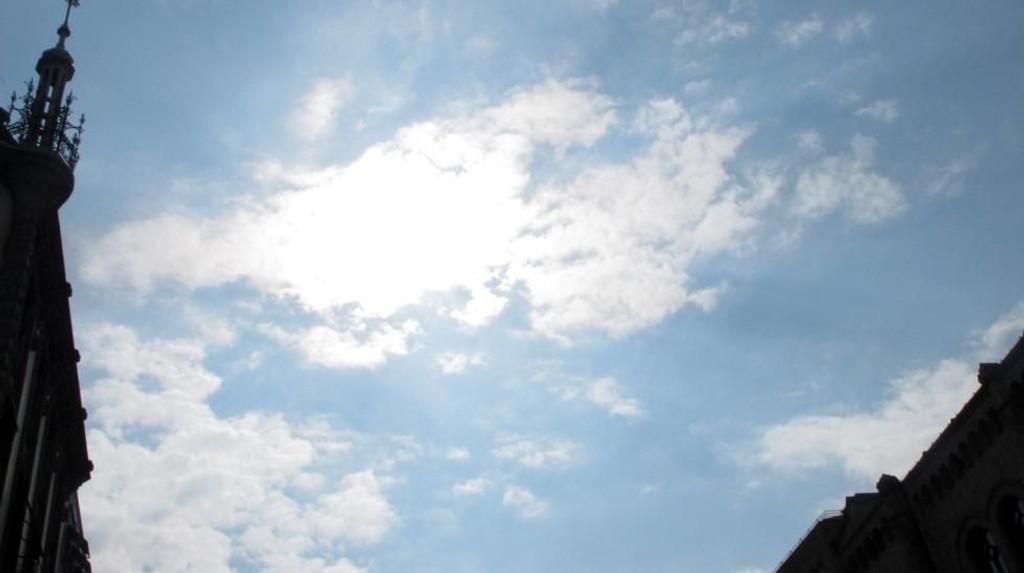 Selv om uken har begynt grått, er det sol å spore.