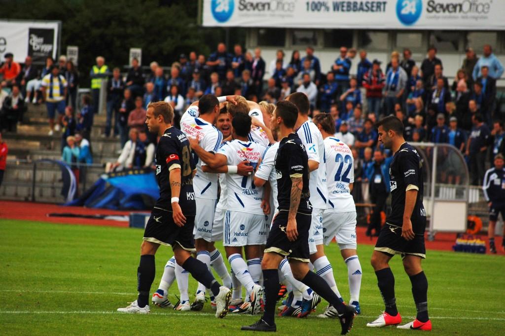 Vålerenga feirer Simon Larsens første scoring for klubben.