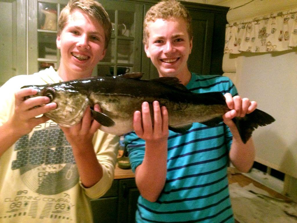 Adrian Straume (t.v) og Philip Kunz kunne smile tilfreds etter å ha dratt i land en sei på 5 kilo i Oslofjorden.