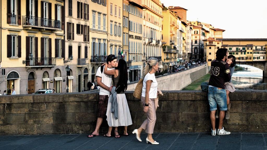 Når sola renner, samles både besøkende og innbyggere på de mest populære broene i byen.