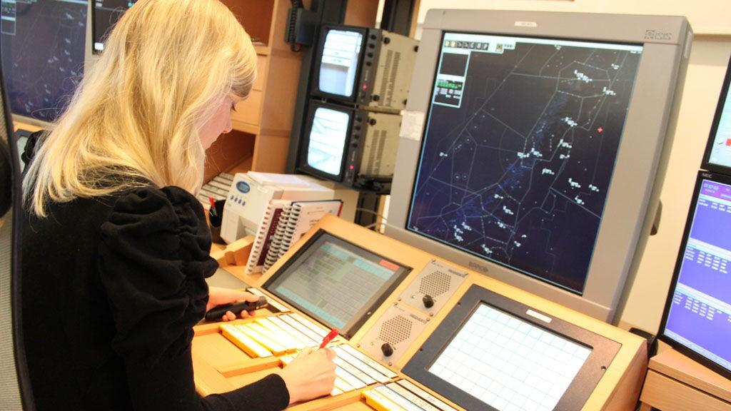 Kontrollsentraler i både Bodø (bildet), Røyken, Stavanger overvåker flytrafikken i Norge. NHO Luftfart vil ha færre.