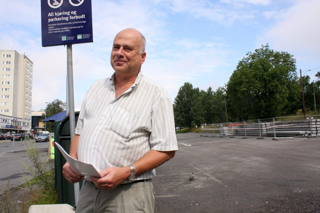 STRIDENS GRUNN: Endelig kan Steinar Andersen smile etter å ha jobbet med nebb og klør siden 2010 for at denne tomten på Lambertseter igjen kan brukes til parkering. Det er håp om at midlertidig omreguleringen er i boks i løpet av august.