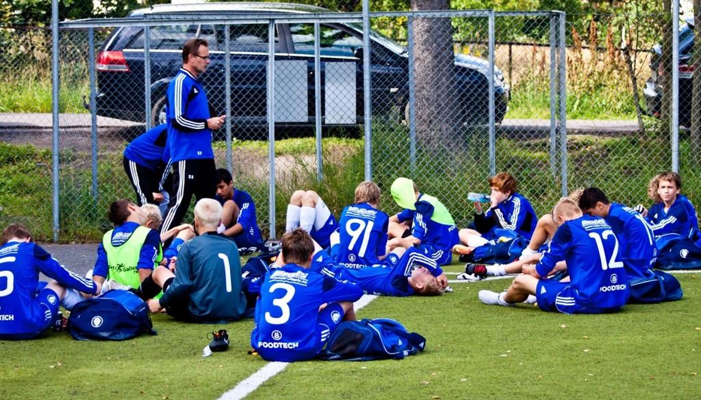 Trener Stig Bjerke prøver å trøste en ekstremt skuffet Oppsal-gjeng.