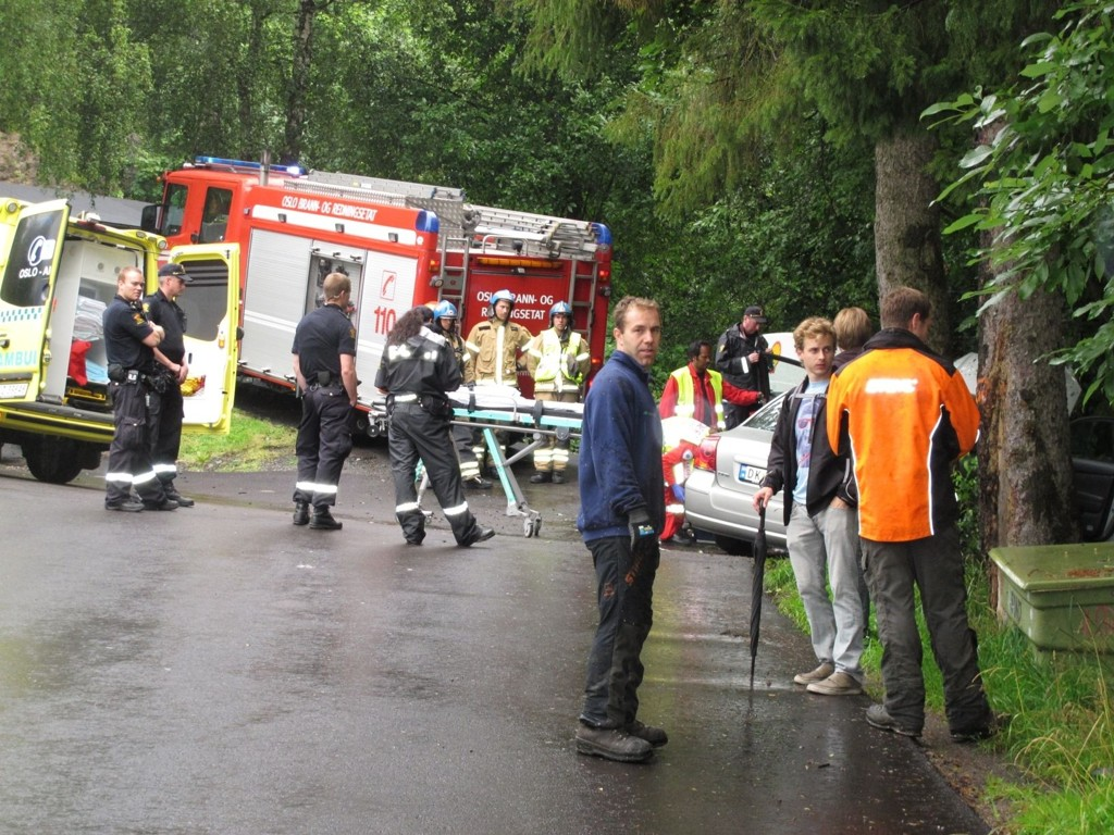 ULYKKE: Bilfører ble sendt til sykehus etter å ha krasjet inn i et tre like før klokken 9.30.