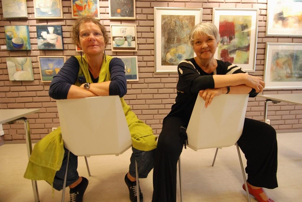 På plass: Anne Louise Hoen og Olea Rostadmo stiller nå ut i biblioteket på Røa.
