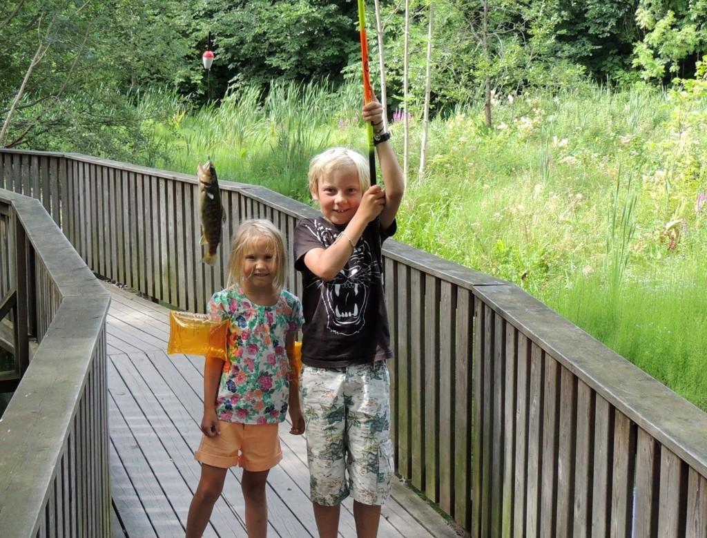 STOLTE FISKERE: Ella og Snorre Jørgensen Dragland fra Hoff beviste i slutten av juli at det er fullt mulig å fiske ørret i Hoffselven.