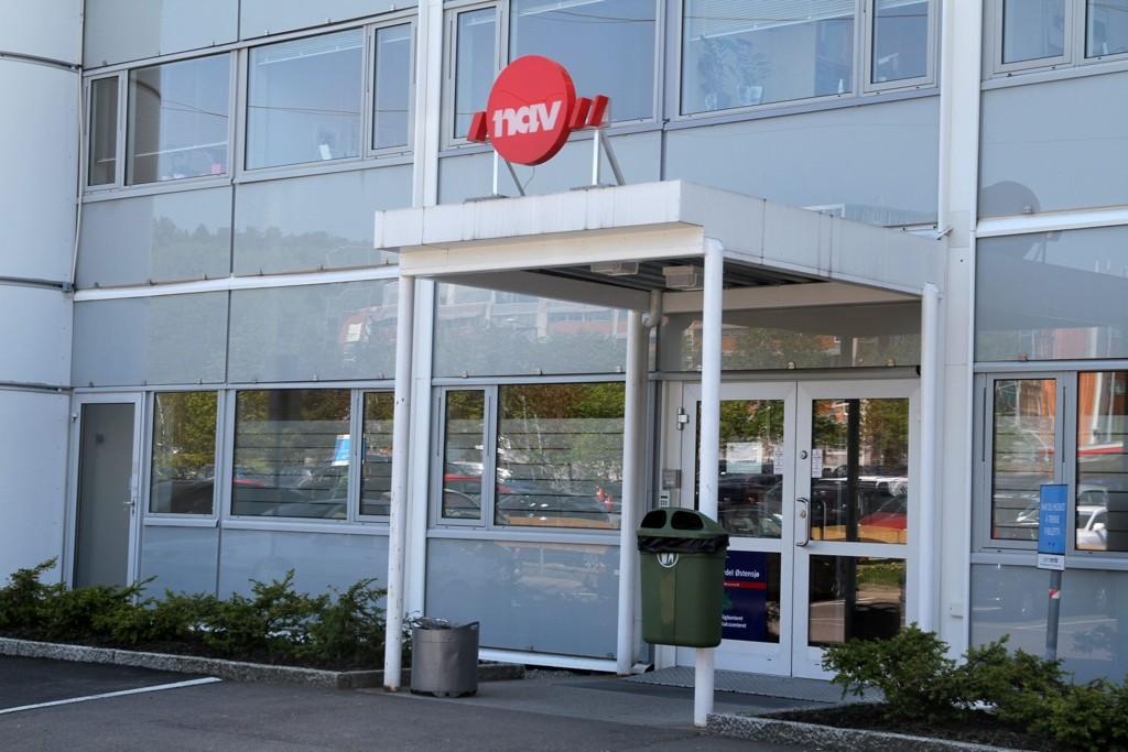 HÆRVERK: Politiet måtte ta med seg en mann til arresten etter at han blant annet knuste glassfasaden ved inngangsparten hos NAV i Olaf Helseths vei på Skullerud.