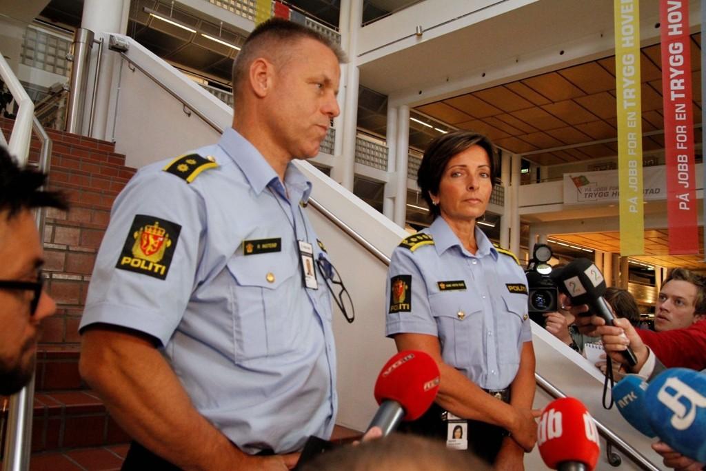 I BLINDE: Politiet leter i blinde og trapper ned letingen etter Sigrid. Hanne Kristin Rohde og Rune Instebø takker de frivillige for innsatsen.