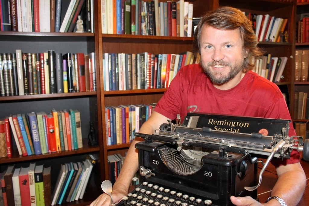 BRAKSUKSESS: Tom Egeland er en av Norges mestselgende forfattere. Han tilbragte mye tid på Nordtvedt bibliotek i oppveksten. Nå har han fått sitt eget bibliotek hjemme på Nordstrand.