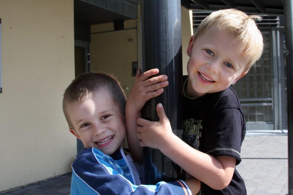Klare til å lære å lese: AugustLo-Jakobsen (6 år om en uke) og Felix Holte Olausen (6) er klare til å begynne på Grorud skole mandag. Sjefsdamen Wenche har de allerede truffet.