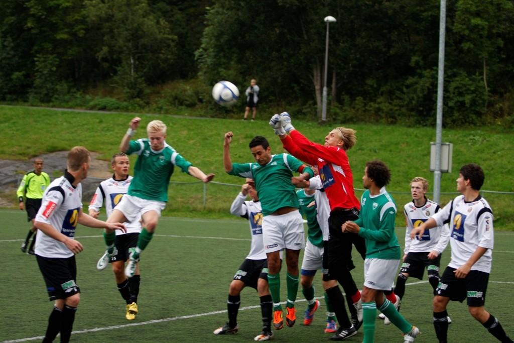 STANGER MOT VEGGEN: Vestli spilte en bra kamp mot Mjøndalen 2, men laget slet foran målet til gjestene.