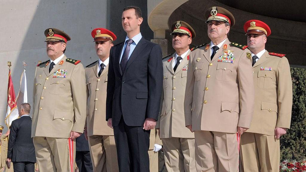 President Bashar al-Assad (i midten) innerste krets involverte forsvarsminister General Daoud Rajha (t.h). Til venstre står sjefen for generalstaben, general Fahid al-Jasim al-Freij.