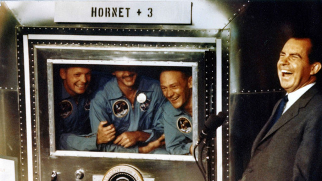 Astronautene Neil Armstrong, Michael Collins og Buzz Aldrin smiler til kameraene sammen med Richard Nixon. Men Nixon var forberedt på det verste.