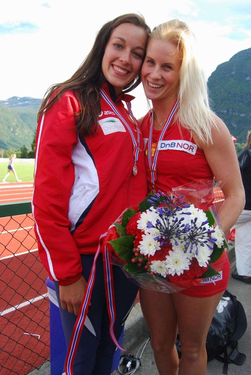 MEDALJØRER: Julie Farseth Berg og Cathrine Larsåsen hadde mye å smile for i helgen.