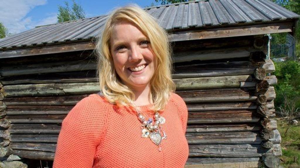 Aina Stenersen (Frp) har kjørt land og strand i en buss for å finne kjærligheten på bygda. Hun er med i realitykonseptet «Gøy på landet», som vises på TV Norge, mandag til torsdag.