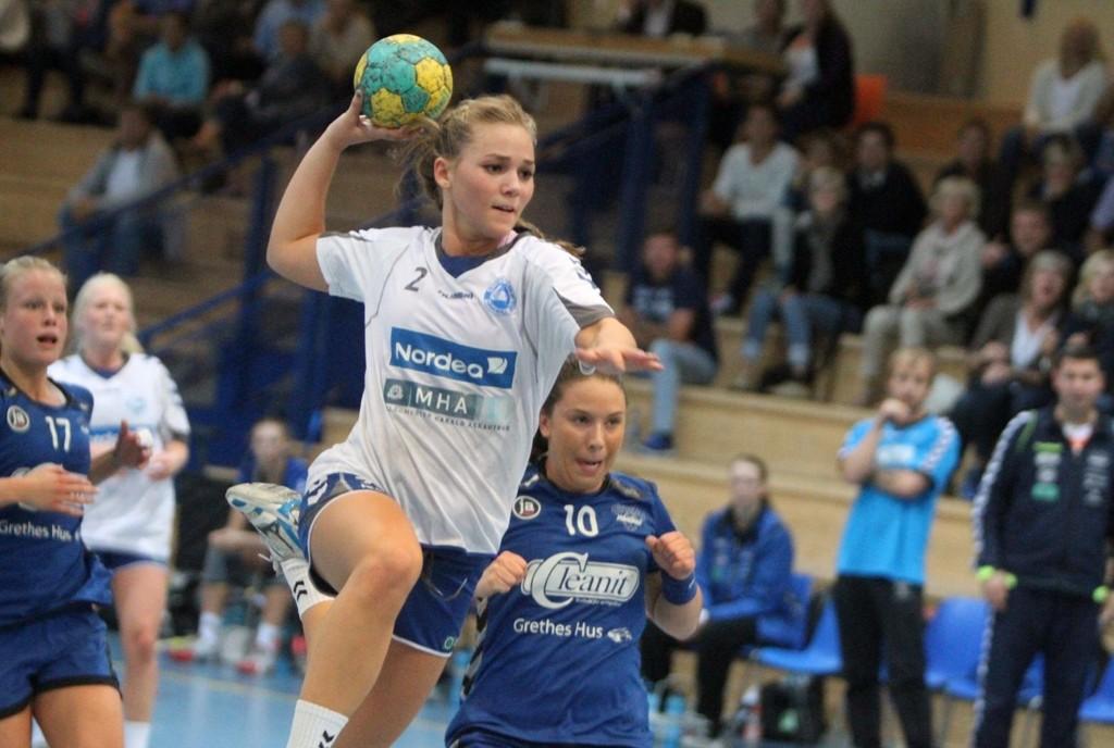 RASK: Mette Leipart har løpt i fra Oppsals Helene Opperud, og scorer ett av sine syv mål.