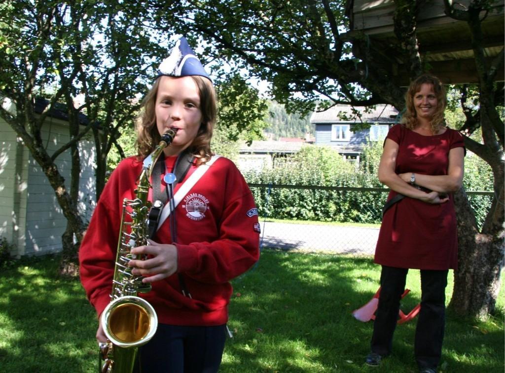 STORTRIVES: Anna Hvidsten (9) synes korps er veldig gøy, og mamman Susanne Brovold Hvidtsten vil avlive mytene om at korpsbarn betyr mye ekstrajobbing.