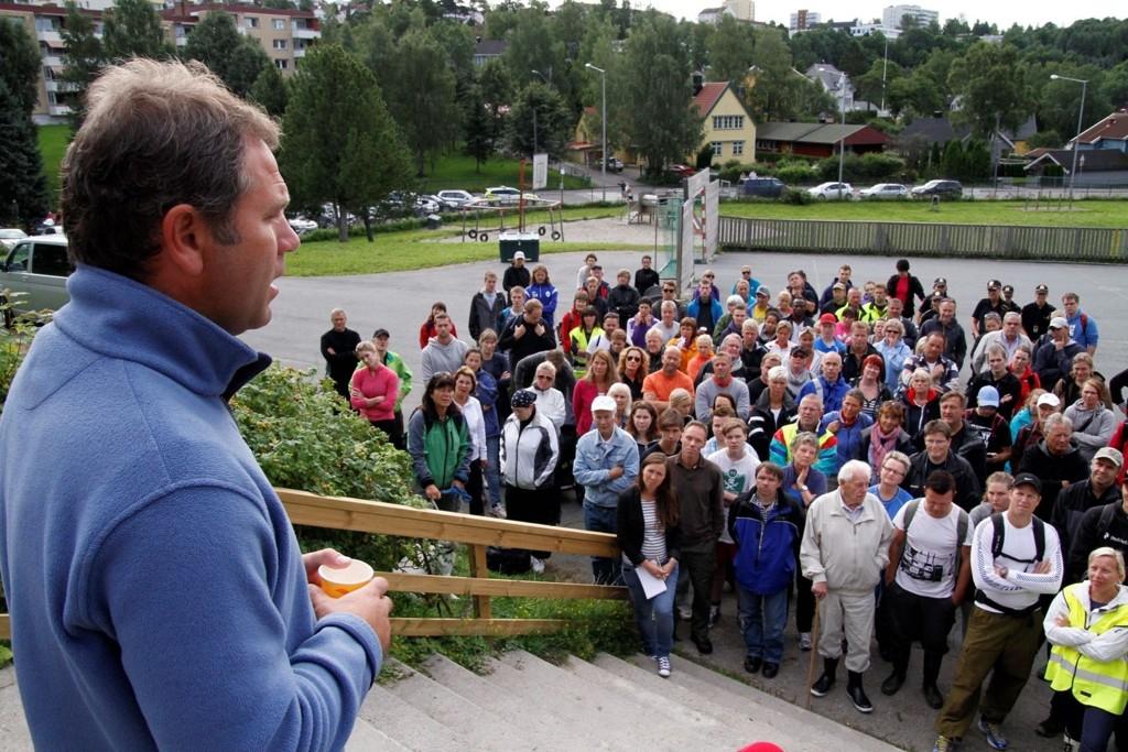 VIL TAKKE: I fire uker har Bengt Eriksen og de andre i aksjonsgruppa organisert leteaksjoner etter Sigrid Giskegjerde Schjetne her fra Østensjø skole. Nå er Sigrid funnet, og i kveld ønsker de å rette en takk til alle som har bidratt.