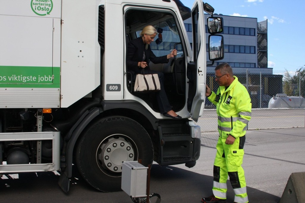 – VÆR SÅ GOD, STIG NED: Søppelbilsjåfør Kjell Arne Mathiesen åpnet galant døren for kronprinsessen etter at han hadde kjørt henne fra Veitvet til gjenvinningsanlegget Haraldrud.