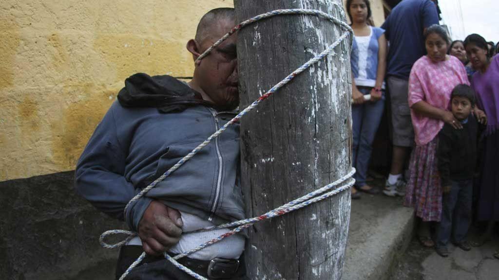 En mann ble brutalt banket opp i Guatemala etter å ha blitt mistenkt for tyveri.