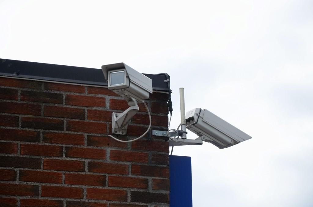 OVERVÅKET: Bensinstasjonområdet er overvåket av flere kameraer. Data herfra blir samlet inn ved pumpestikk og faktura sendt til den som har «glemt» å gjøre opp for seg.