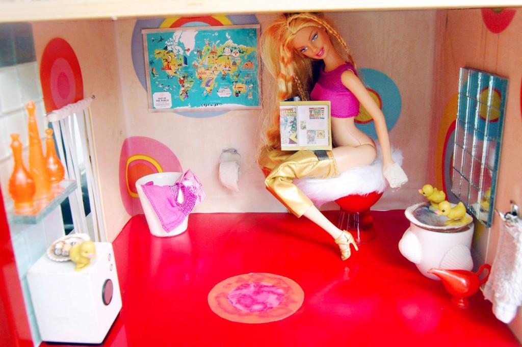 Kunstner Lene Pettersen har laget et noe annerledes Barbiehus, og nå kan andre også få låne huset i en hel måned.