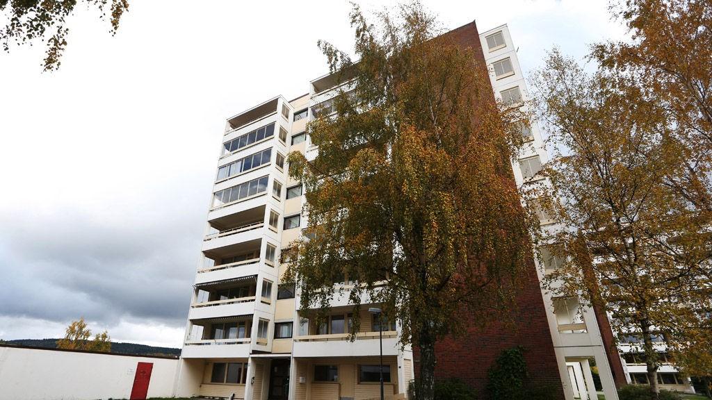 En 21 år gammel mann døde av skadene han fikk etter at han ble knivstukket i denne blokka på Grorud i Oslo natt til lørdag.