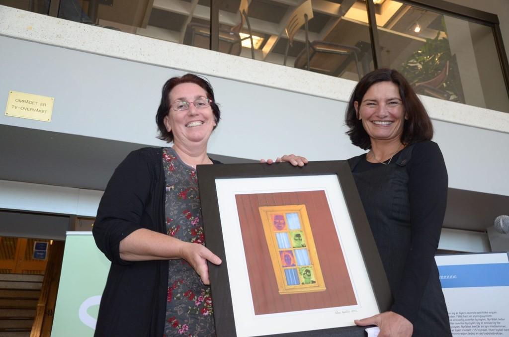 ÅPNET UTSTILLINGEN: Varaordfører Libe Rieber-Mohn (t.h.) åpnet utstillingen i Rådhusgalleriet. Hun fikk det flotte bildet som pryder utstillingsplakaten i gave av kunstneren Nina Egedius fra Østensjø.