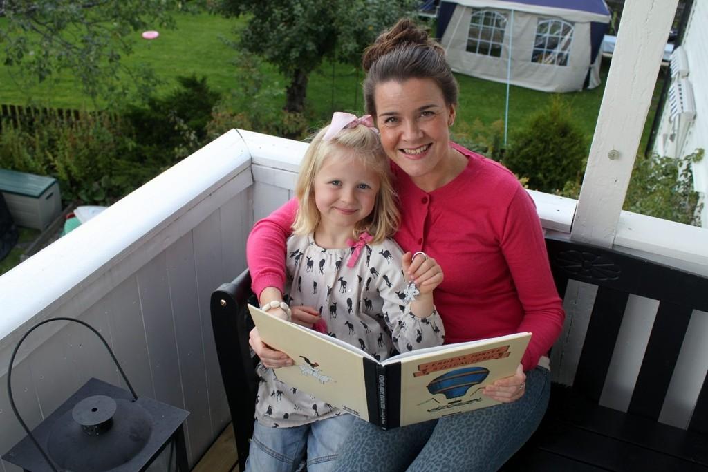 LESEHESTER: Siden hun var på datterens alder har Lena Lindahl elsket å lese, og nå har seksåringen Linnea, tatt opp morens leseglede. Hun er veldig stolt over moren som nå debuterer med barnebok.  FOTO: MARTE MARIE FRISELL