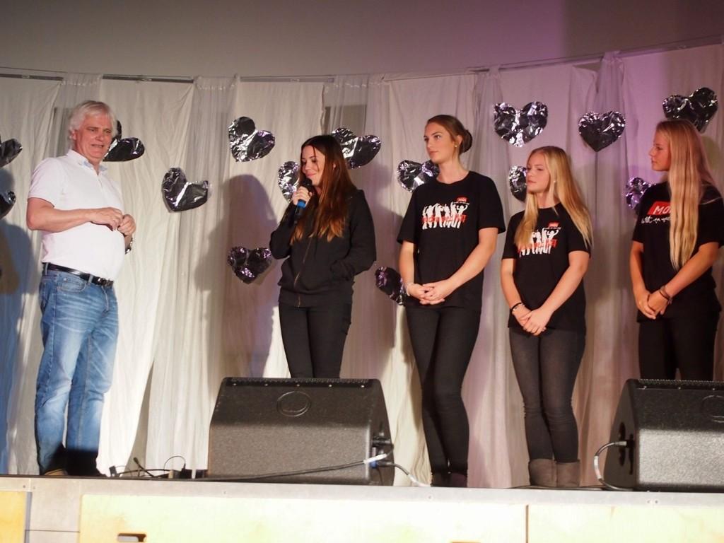 ENGASJERTE: Frode Kyvåg og Marion Ravn sammen med elevene Mira, Sigrid og Elisabeth på Kastellet skole. FOTO:PRIVAT