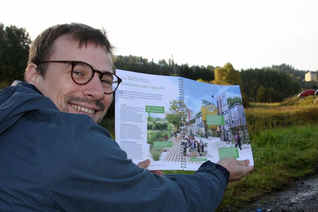 HER KAN DET BLI BOLIGER: Hans Martin Osnes Aambø, prosjektleder i Plan- og bygningsetaten med skisse for et område på Breivoll. FOTO: JULIE MESSEL