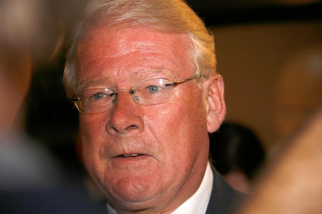 Gruppelder for Frp i Oslo, Carl I. Hagen, fikk stortingsgruppen til å ta opp forslaget om nasjonalt forbud mot bønnerom på offentlige skoler. Men der fikk partiet ingen støtte.