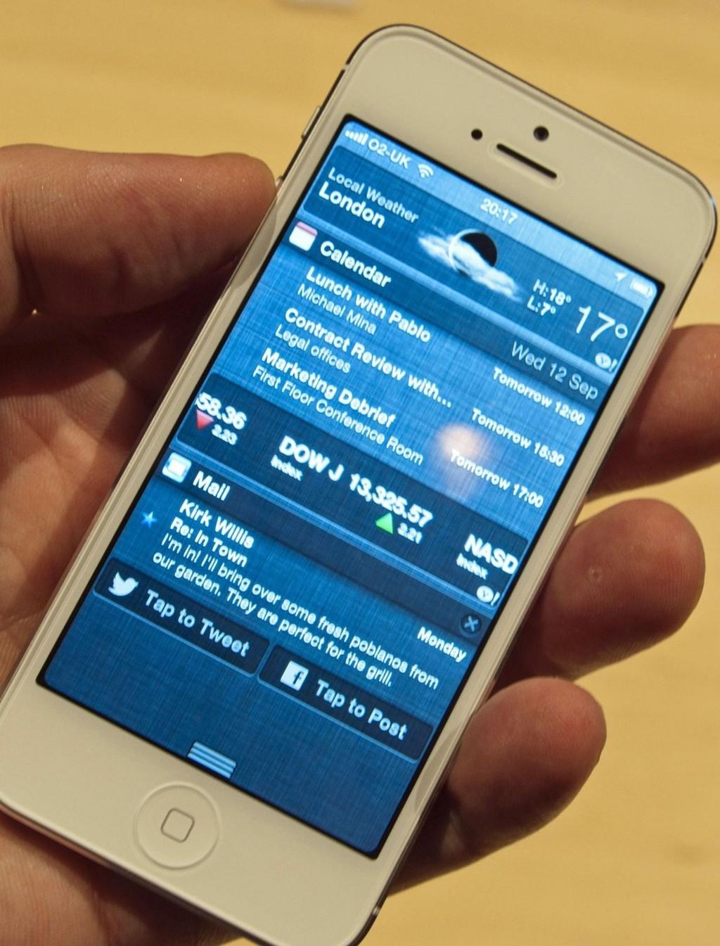 Det er forbudt å bruke mobil uten håndfri i bil, men over halvparten av de med inntekt over 800.000 tar vanligvis telefonen likevel.