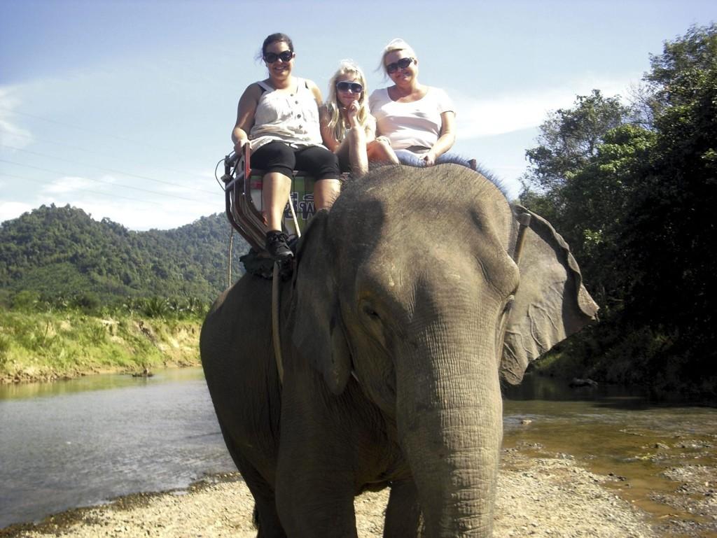 THAILAND: Et TV-team har fulgt turistguider på jobb i Thailand. Blant dem er Nine Strøm fra Lambertseter som fikk besøk av mamma Kirstin og lillesøster Emma, som også er med i serien. FOTO: PRIVAT